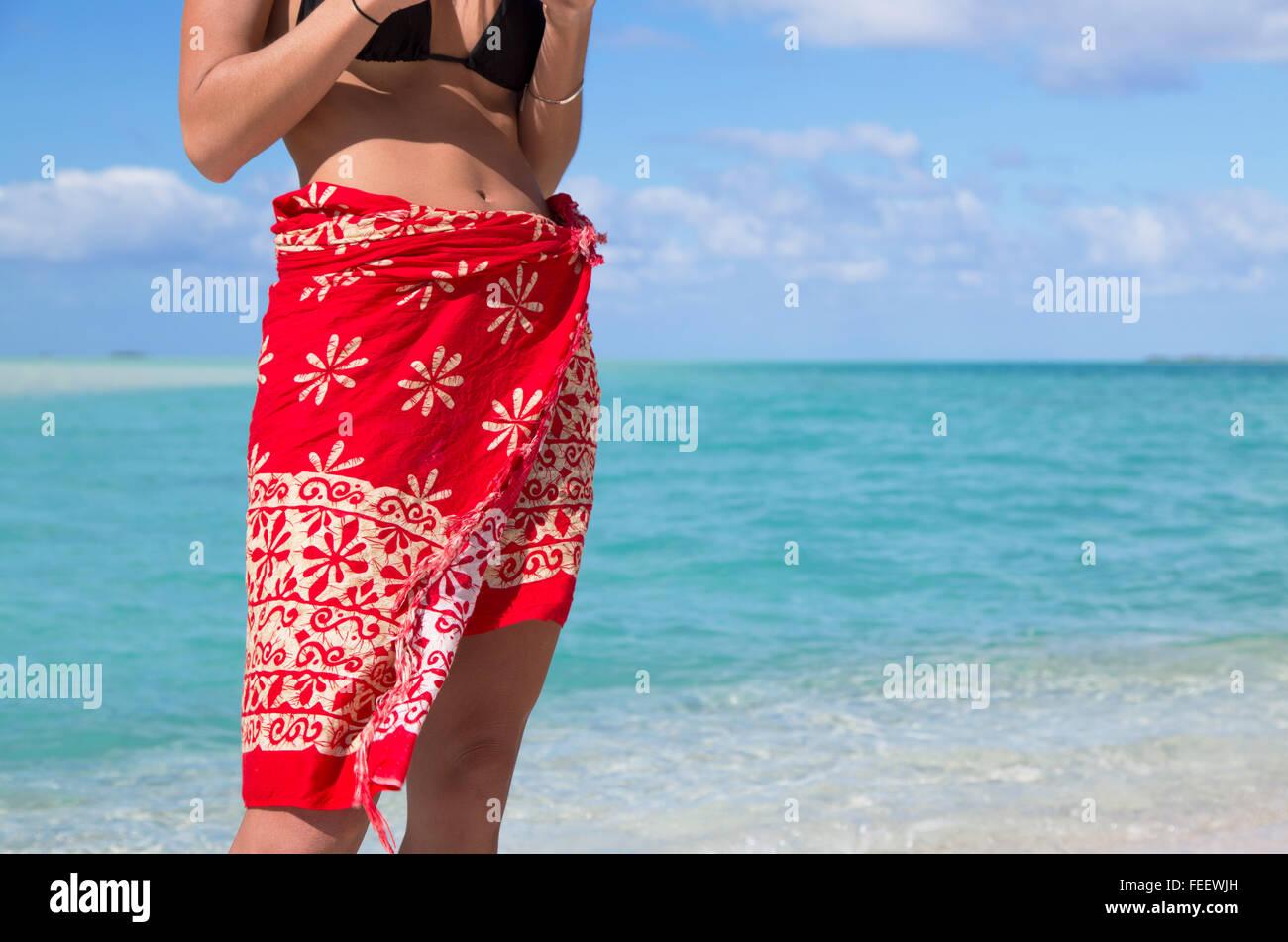 Donna alla Laguna Blu, Fakarava, isole Tuamotu, Polinesia francese (MR) Immagini Stock