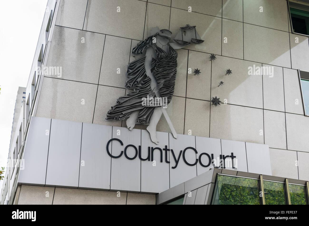 Gli occhi bendati Lady giustizia con la spada e l'equilibrio sul muro del tribunale di contea edificio, Melbourne, Immagini Stock