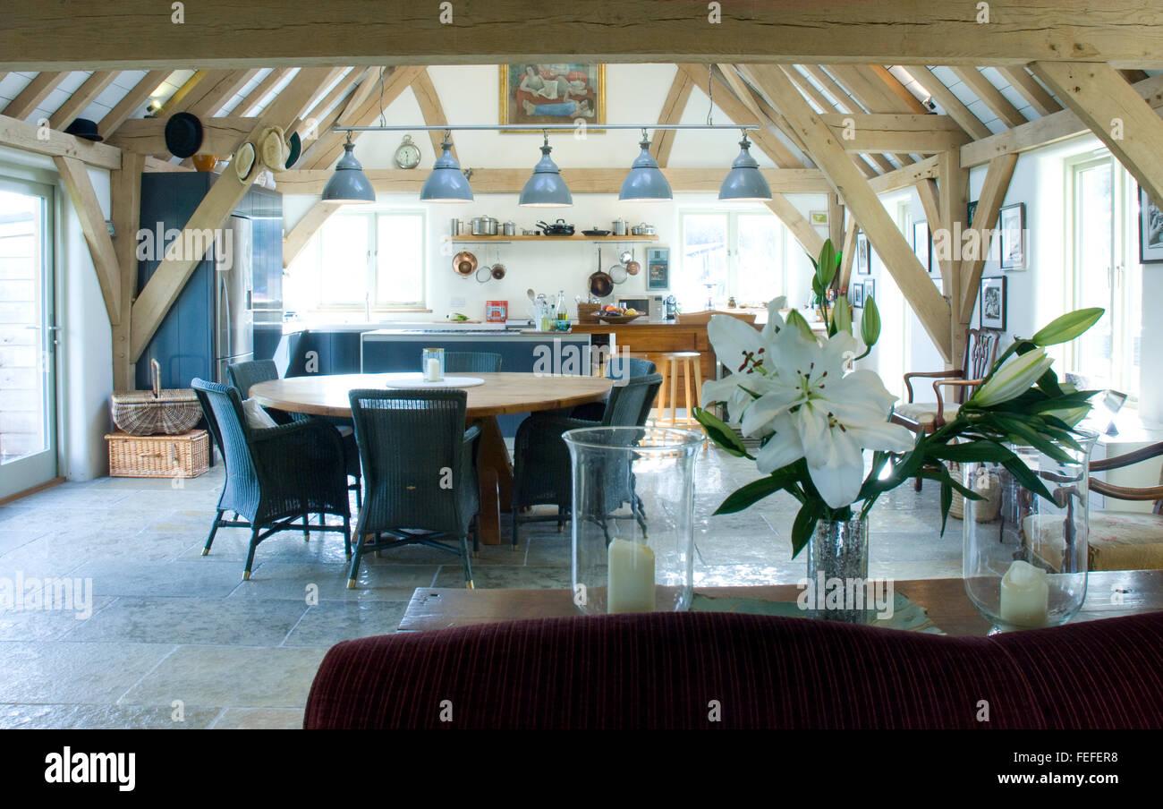 Il modo di vivere moderno camera con cucina e tavolo da pranzo