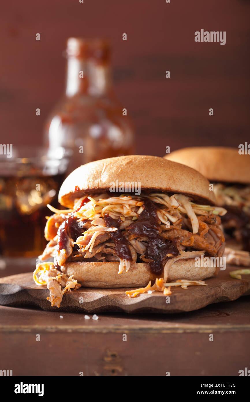 In casa tirata hamburger di maiale con coleslaw e bbq sauce Immagini Stock