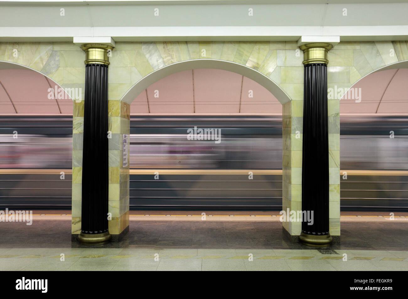 Un treno della metropolitana in accelerazione che si allontana dalla piattaforma in Admiralteyskaya Stazione della Immagini Stock