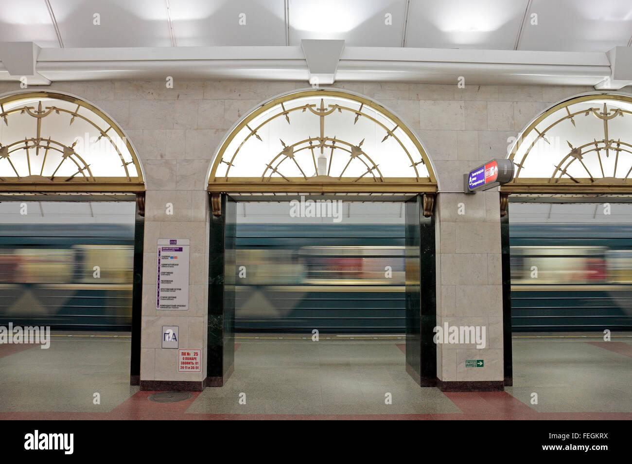 Un treno della metropolitana in accelerazione che si allontana dalla piattaforma in theZvenigorodskaya Stazione Immagini Stock