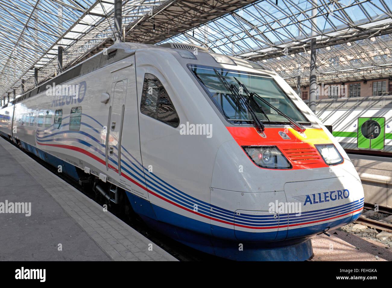 Il treno Allegro sulla piattaforma a Helsinki in Finlandia. Si corre da San Pietroburgo in Russia a Helsinki. Immagini Stock