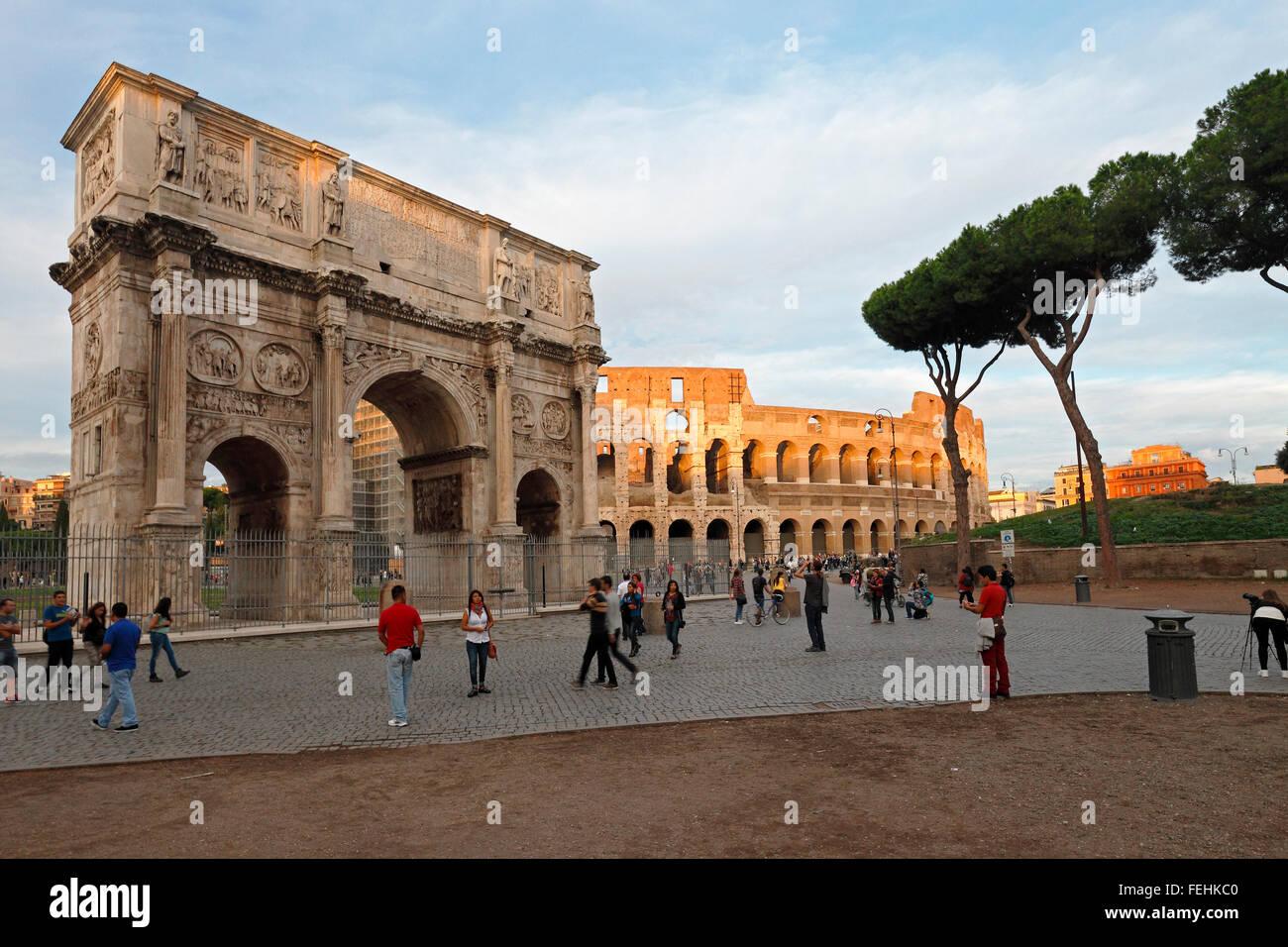 L'Arco di Costantino e il Colosseo a Roma, Italia; Arco di Costantino, Colosseo, Roma Immagini Stock
