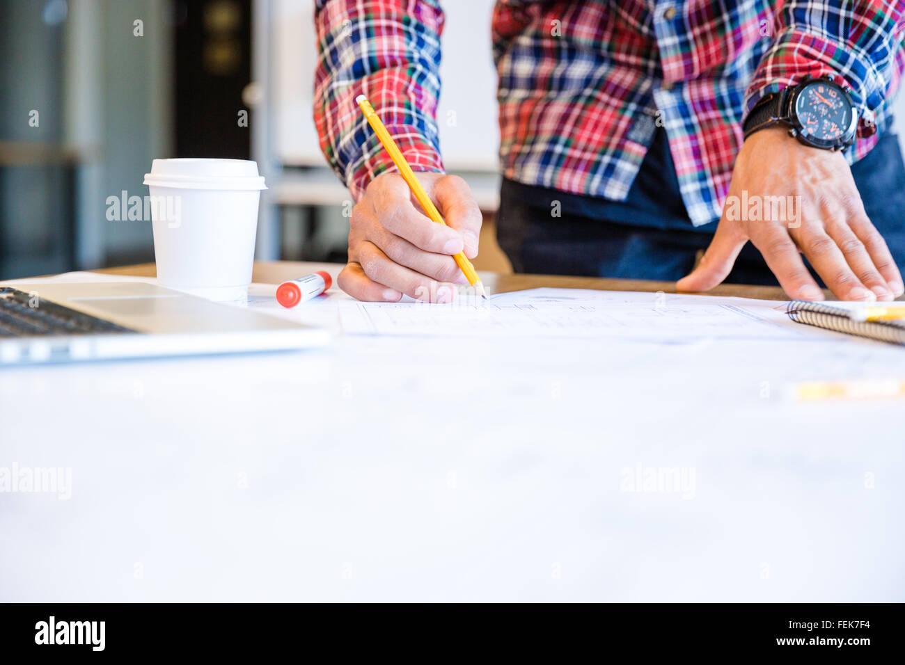 Giovane africano studente americano blueprint di disegno con matita in piedi in aula Immagini Stock