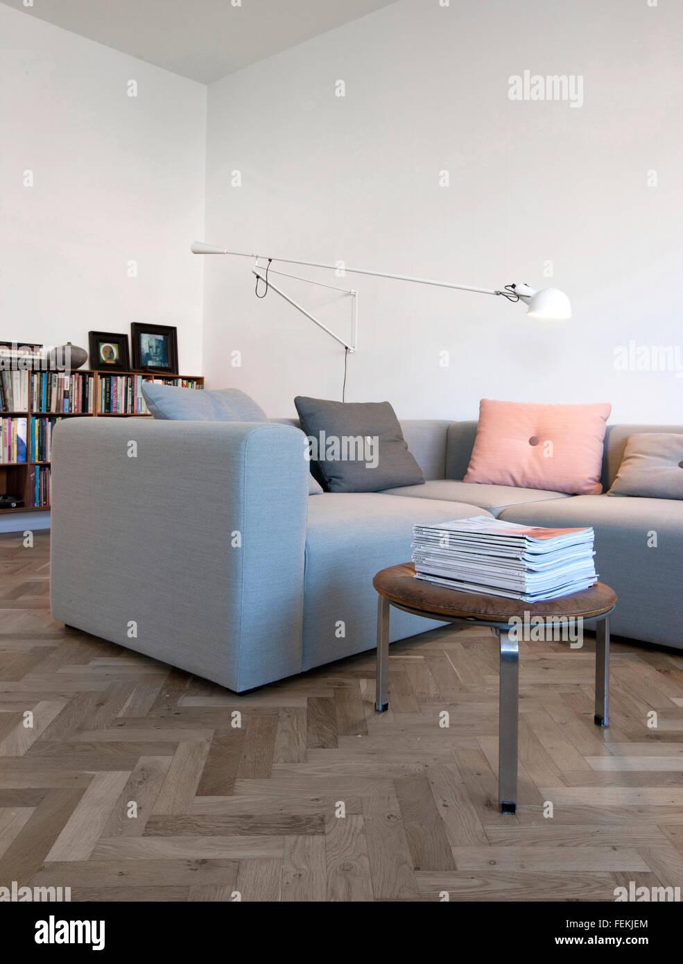 """Il Modernismo nella torta """"casa"""". Arredamento moderno, posto blu e la tabella. Un angolo poise lampada. Immagini Stock"""