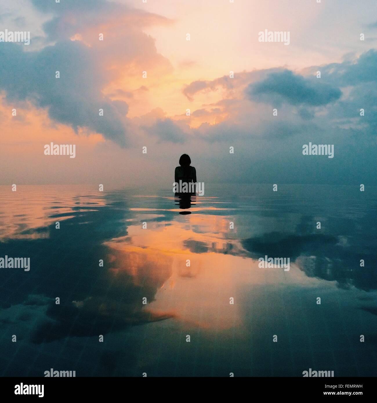 Persona in mare a Sunrise Immagini Stock