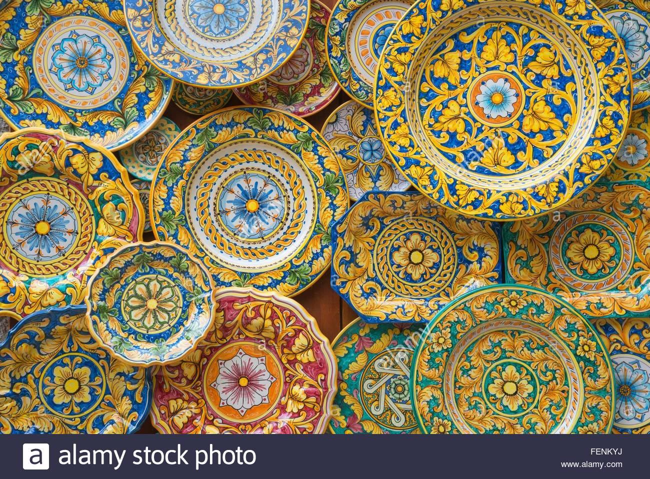 Tradizionale dipinto a mano le piastre ornati, Sicilia, Italia Immagini Stock
