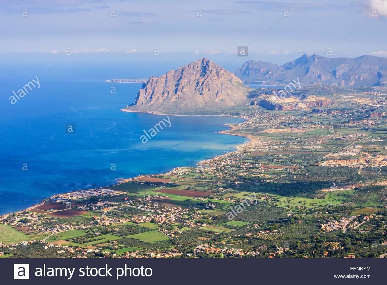 Angolo di alta vista del Monte Cofano e la fascia costiera, Erice, in Sicilia, Italia Immagini Stock