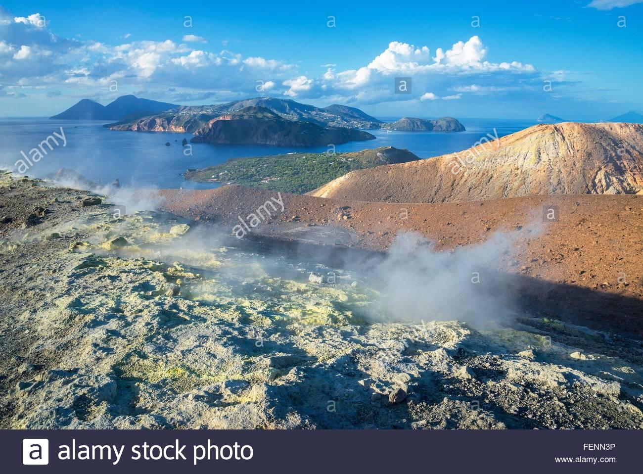 Gran Cratere (il grande cratere) e la vista delle isole Lipari e Salina, isola di Vulcano, Isole Eolie, in Sicilia, Immagini Stock
