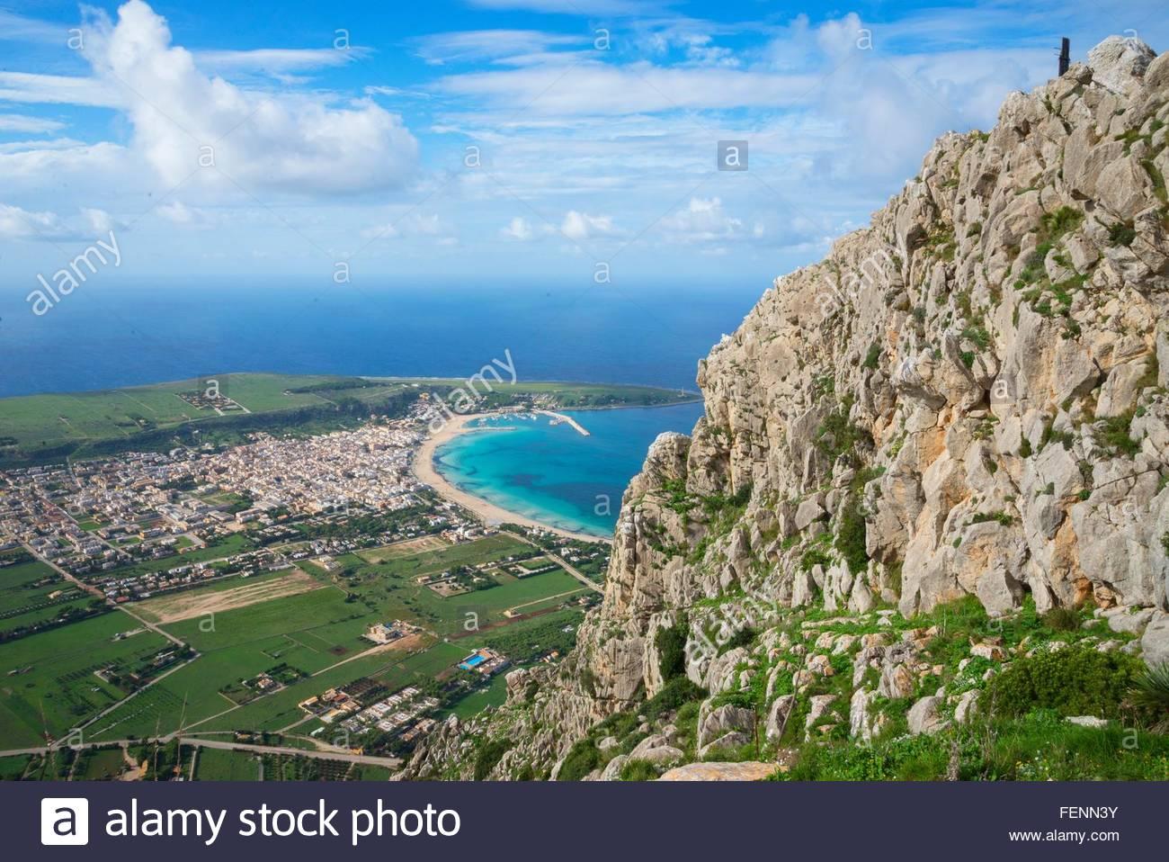 Angolo di alta vista del monte Monaco e San Vito Lo Capo, Sicilia, Italia Immagini Stock