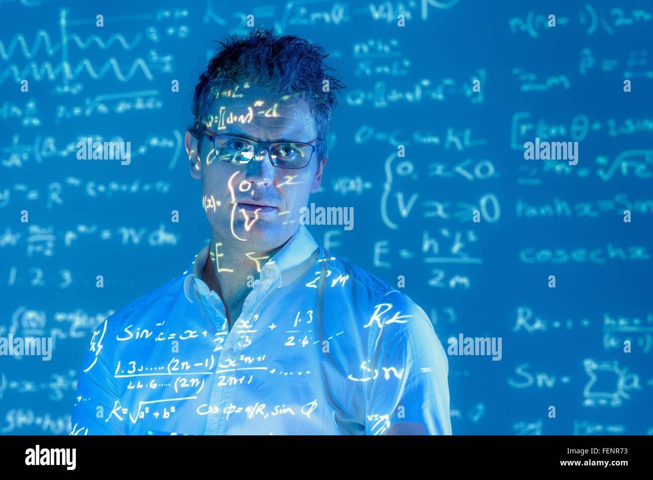 Ritratto di scienziato con proiezione di dati matematici Immagini Stock