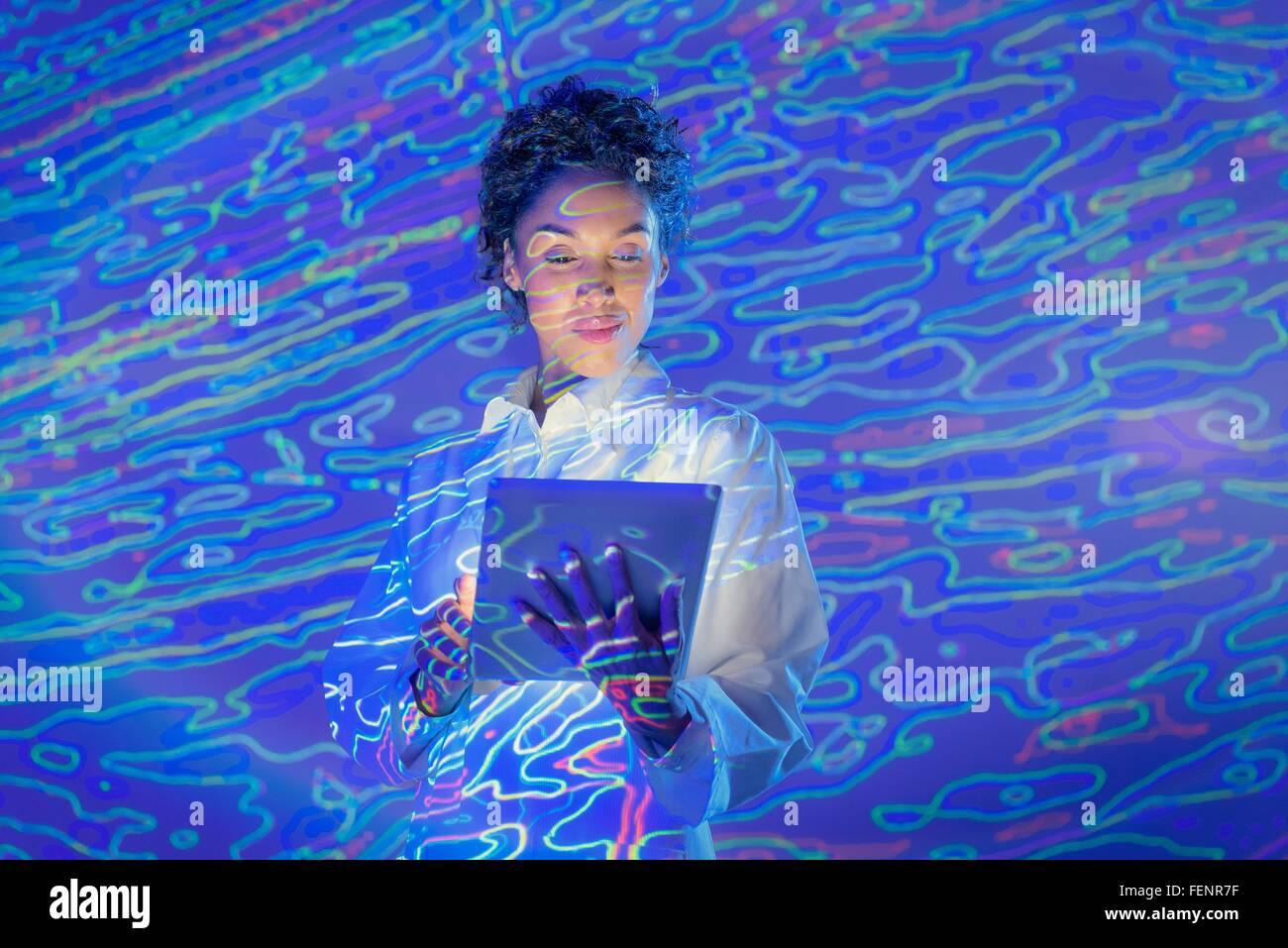Donna scienziato con tavoletta digitale e grafica dei dati geologici sporgenza Immagini Stock