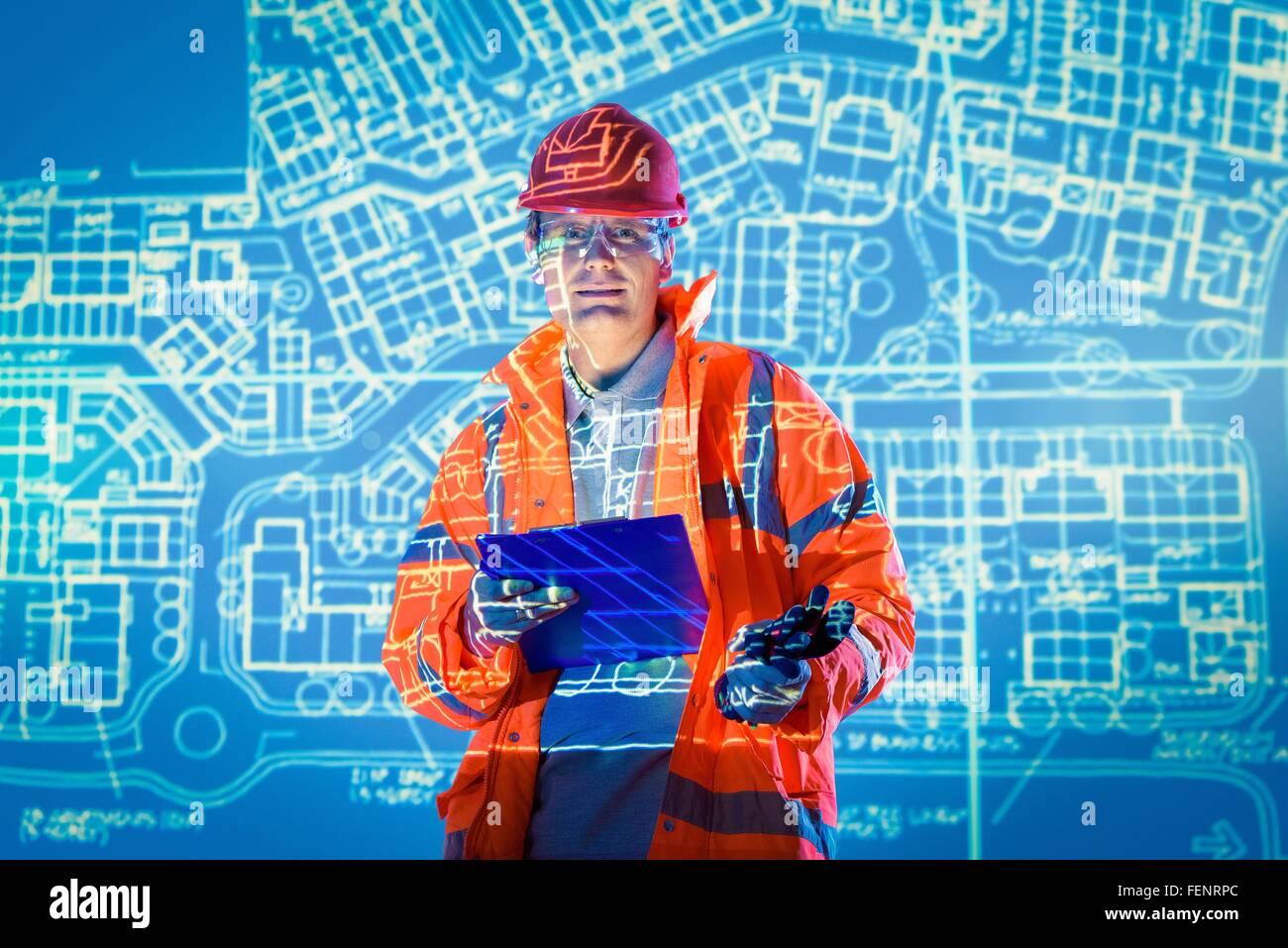 Ingegnere con tavoletta digitale e i piani previsionali, ritratto Immagini Stock