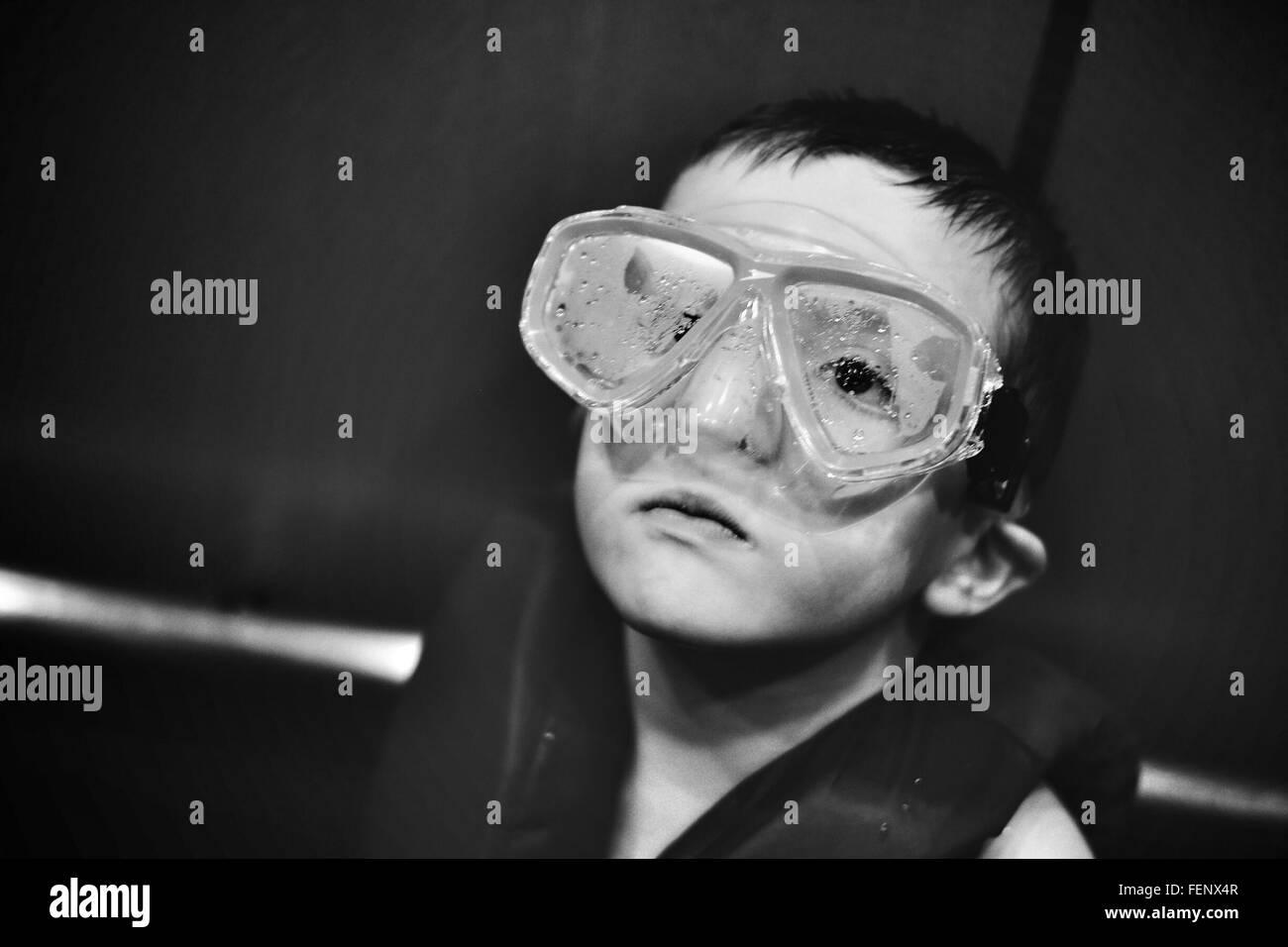 Primo piano del ragazzo con gli occhiali per nuoto Immagini Stock