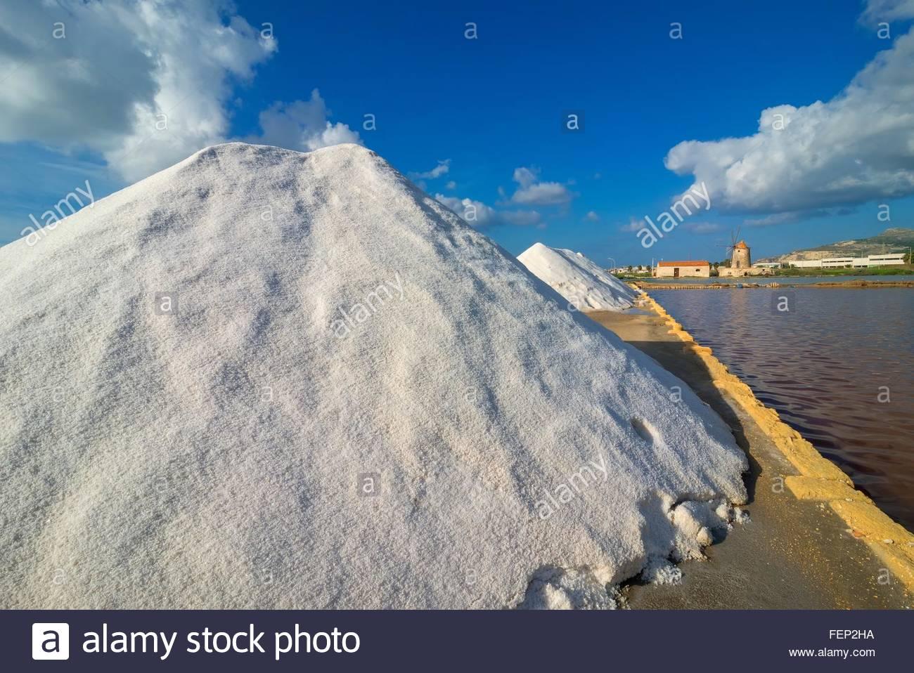 Il sale di pile su salina waterfront, Trapani, Sicilia, Italia Immagini Stock