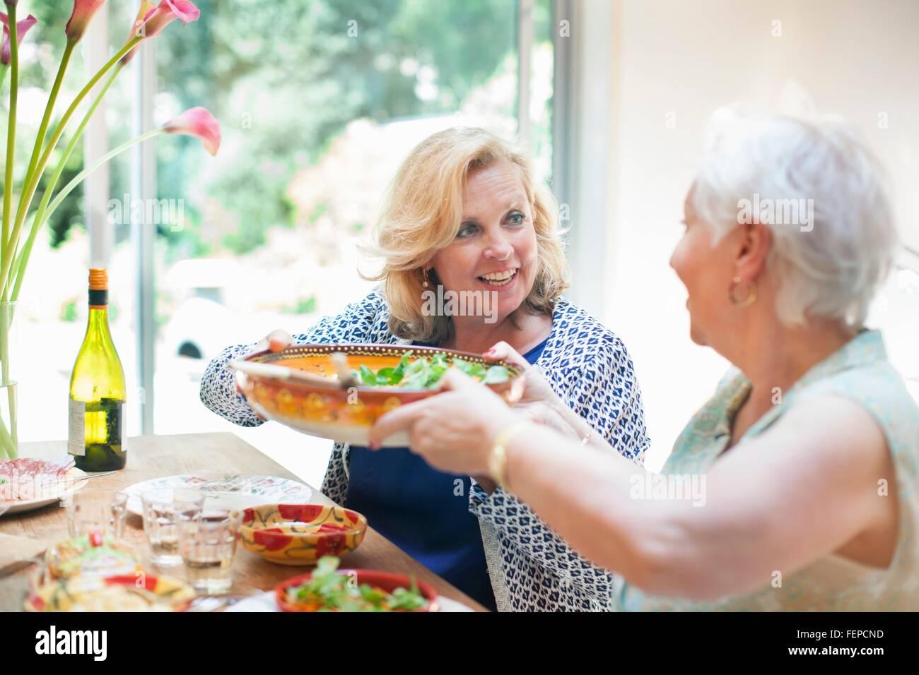 Due donne a pranzo insieme, a casa Immagini Stock