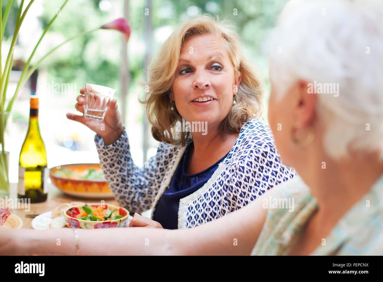 Due donne a pranzo insieme a casa Immagini Stock