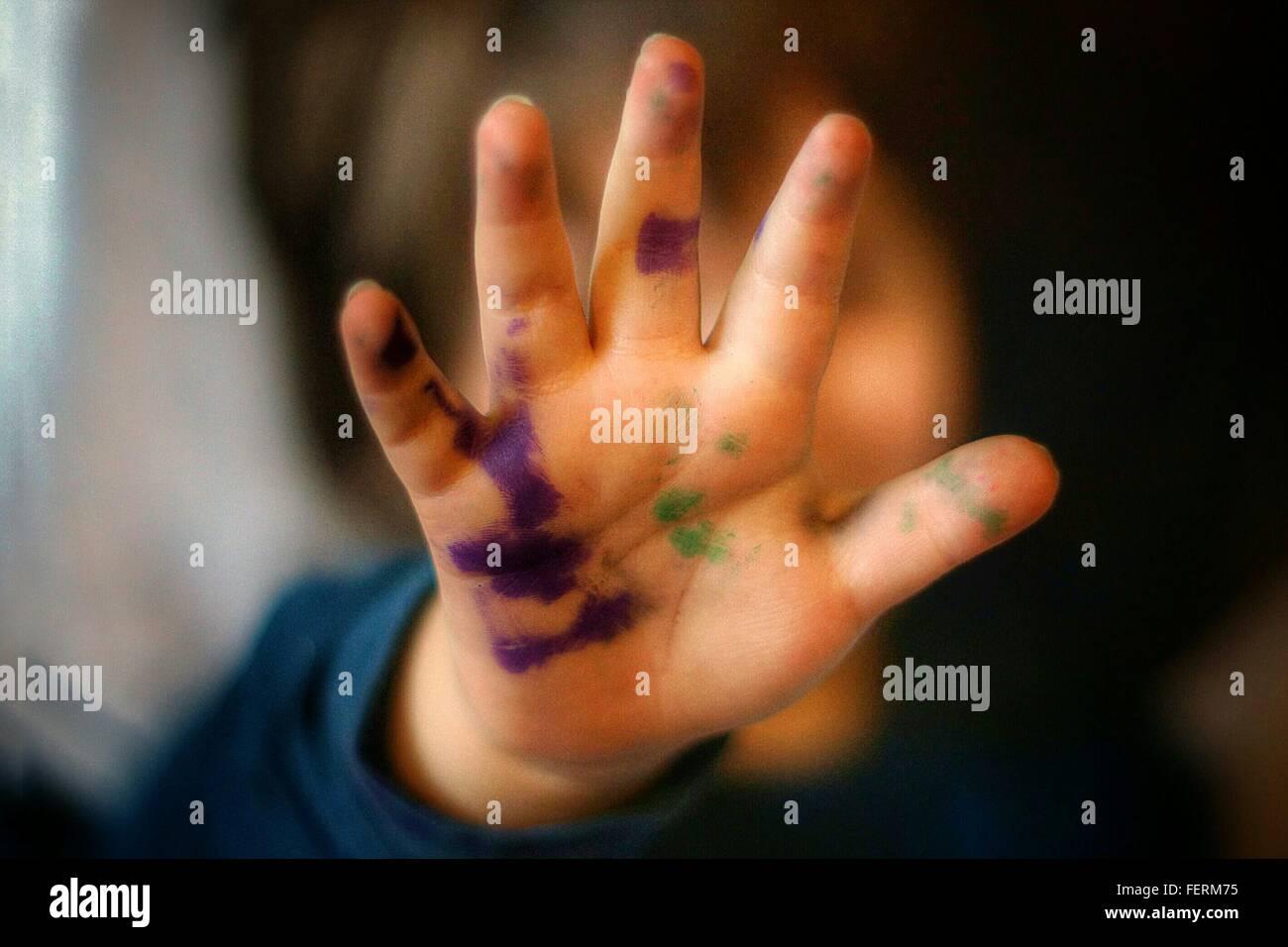 In primo piano del dipinto a mano del bambino Immagini Stock