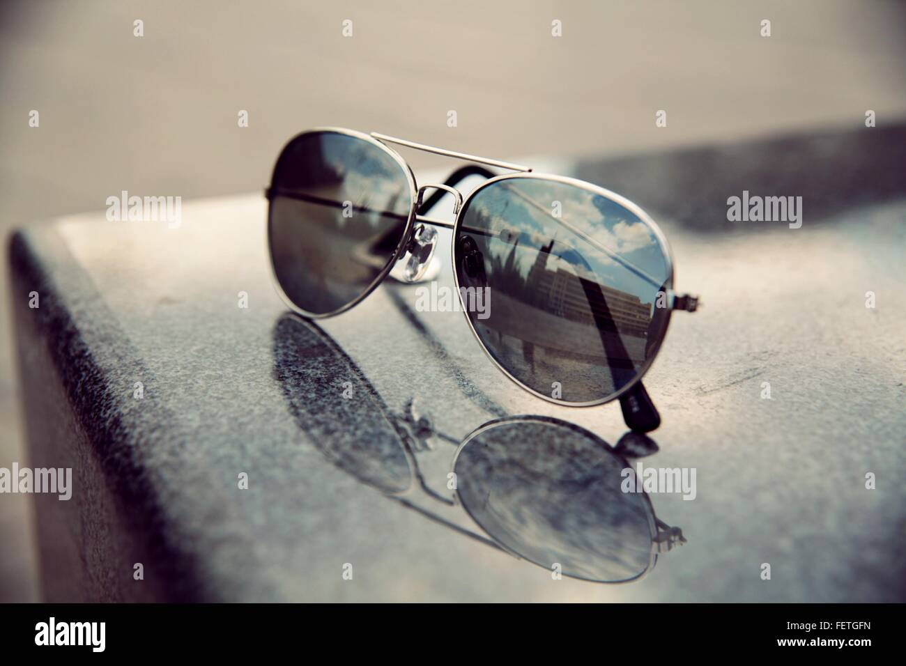 La riflessione di costruzione su occhiali da sole Immagini Stock