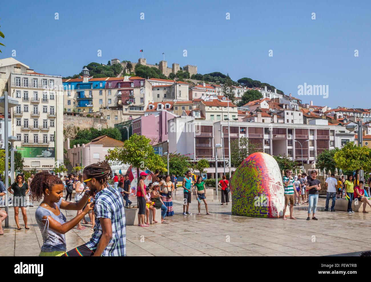 Il Portogallo, Lisbona, Largo Martim Moniz è un popolare luogo di incontro al di sotto della collina fortificazione Immagini Stock