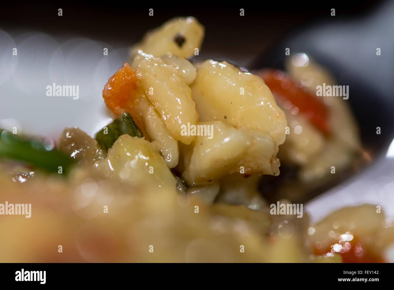 Risotto pasta provenzale. Riso Pasta con le melanzane, zucchine, pepe e parmigiano salsa: provenzali, Riso pasta Immagini Stock