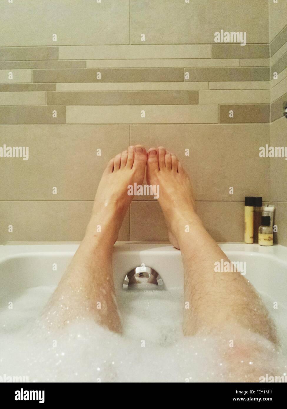 Uomo In Vasca Da Bagno.Gambe Di Uomo Disteso Nella Vasca Da Bagno Foto Immagine Stock