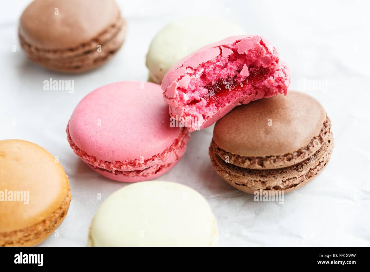 Macaron (piccola torta francese), uno parzialmente consumato Immagini Stock