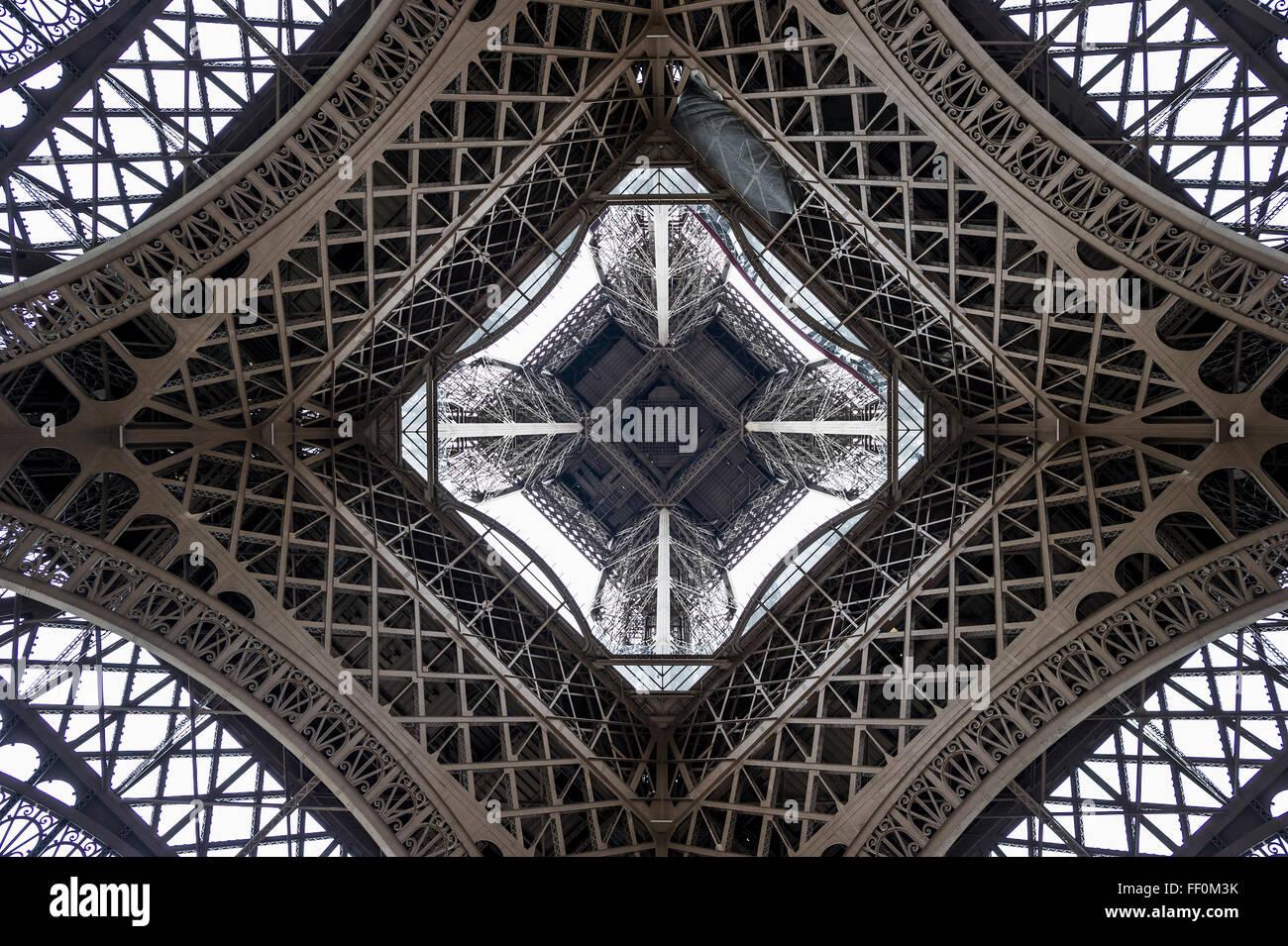 Torre Eiffel, visto dal di sotto, Parigi, Ile-de-France, Francia Immagini Stock