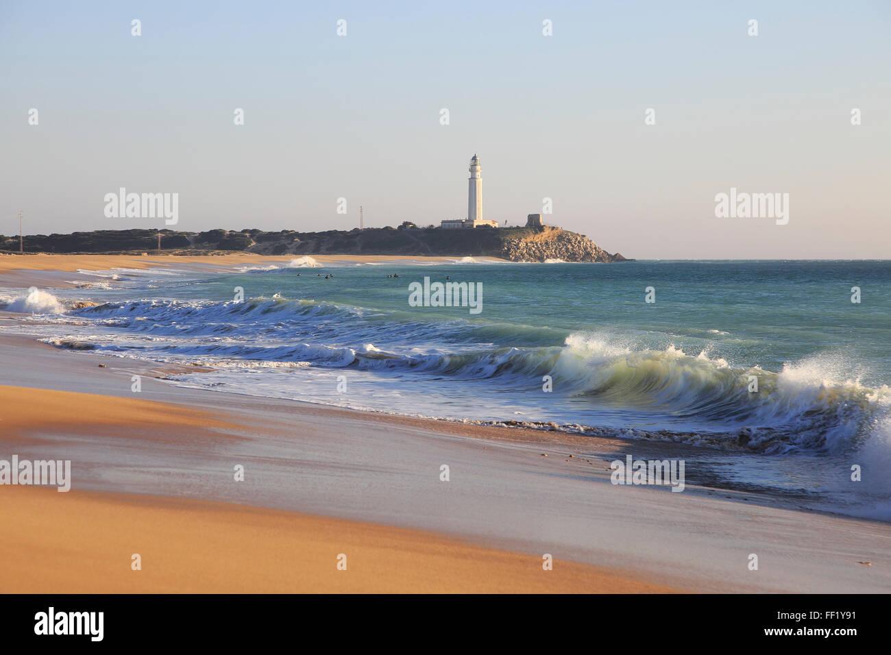 Spiaggia di sabbia e il faro di Cabo de Trafalgar, la provincia di Cadiz Cadice, Spagna Foto Stock