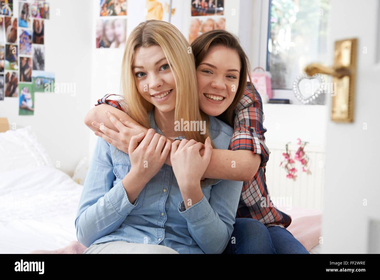 Ritratto di due donne teenage amici In camera da letto Foto ...