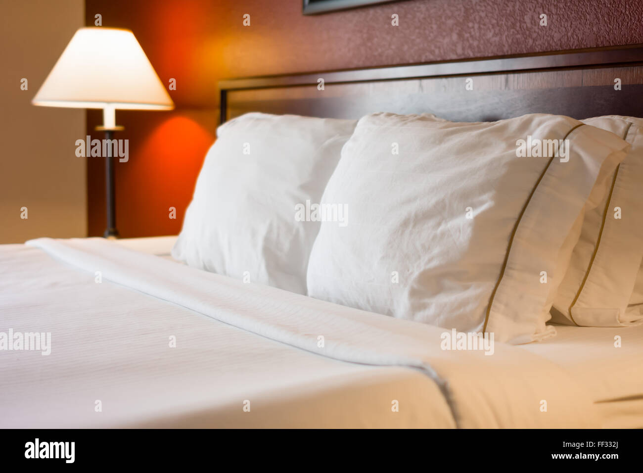 Foto di hotel camera letto e cuscini con parete rossa e lampada da ...