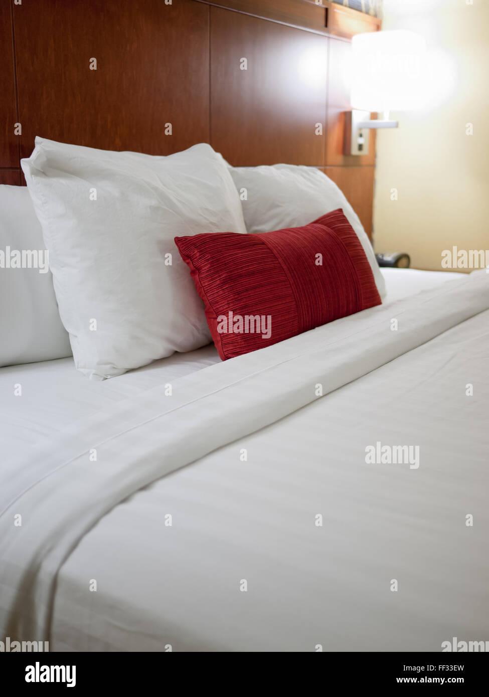 Cuscini Letto All Americana.Hotel Moderno Camera Letto Con Il Bianco E Il Rosso Di Cuscini E Un