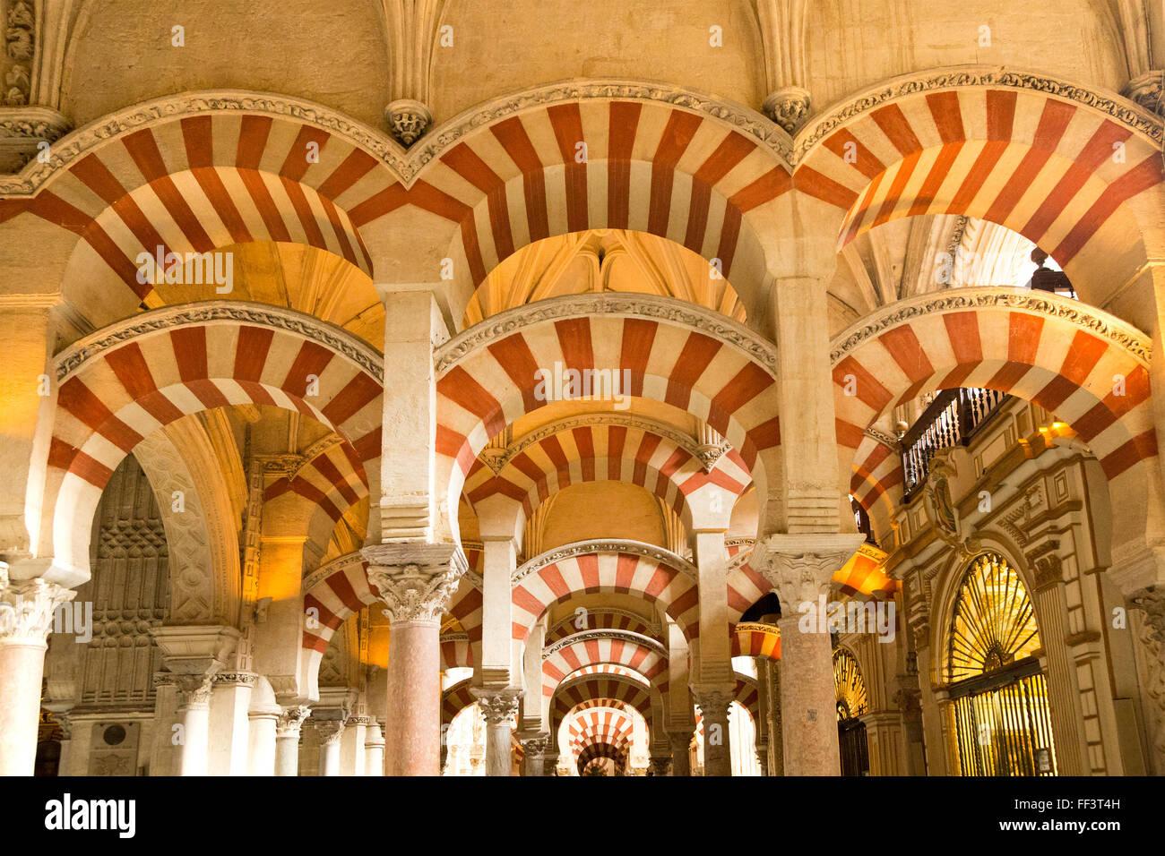 Archi moreschi nell'ex moschea cattedrale ora, Cordoba, Spagna Immagini Stock