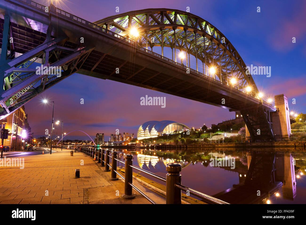Il Tyne Bridge sul fiume Tyne di Newcastle, in Inghilterra durante la notte. Foto Stock