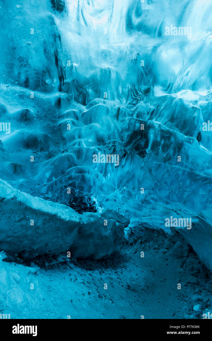 La grotta di ghiaccio nella base di Jokulsarlon ghiacciaio in Islanda Immagini Stock