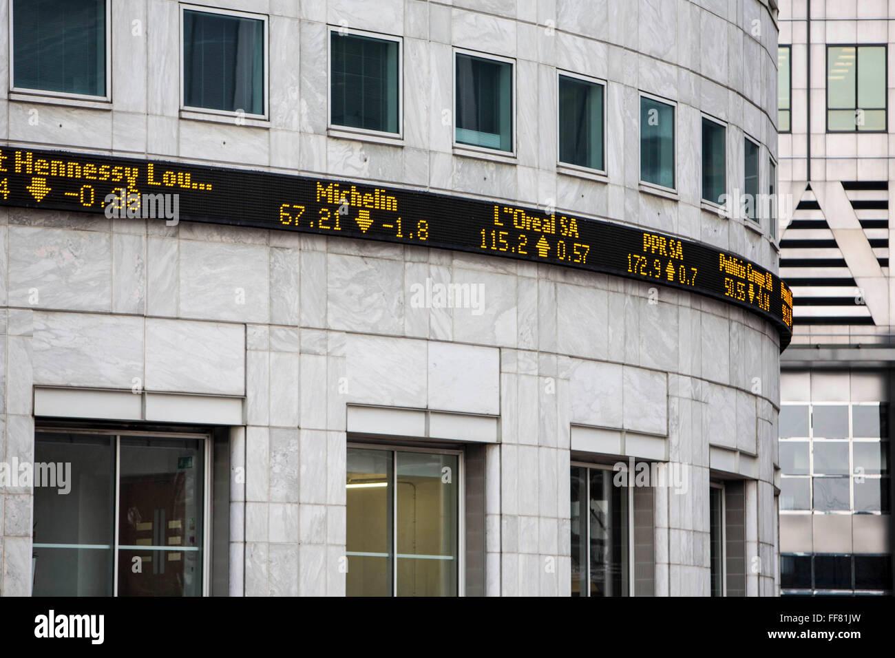 7c3aaa412e L'indice FTSE 100 ticker sul lato di Thompson Reuters building, Canary  Wharf, London, England, Regno Unito. Il FTSE è un indice azionario delle 100  società ...