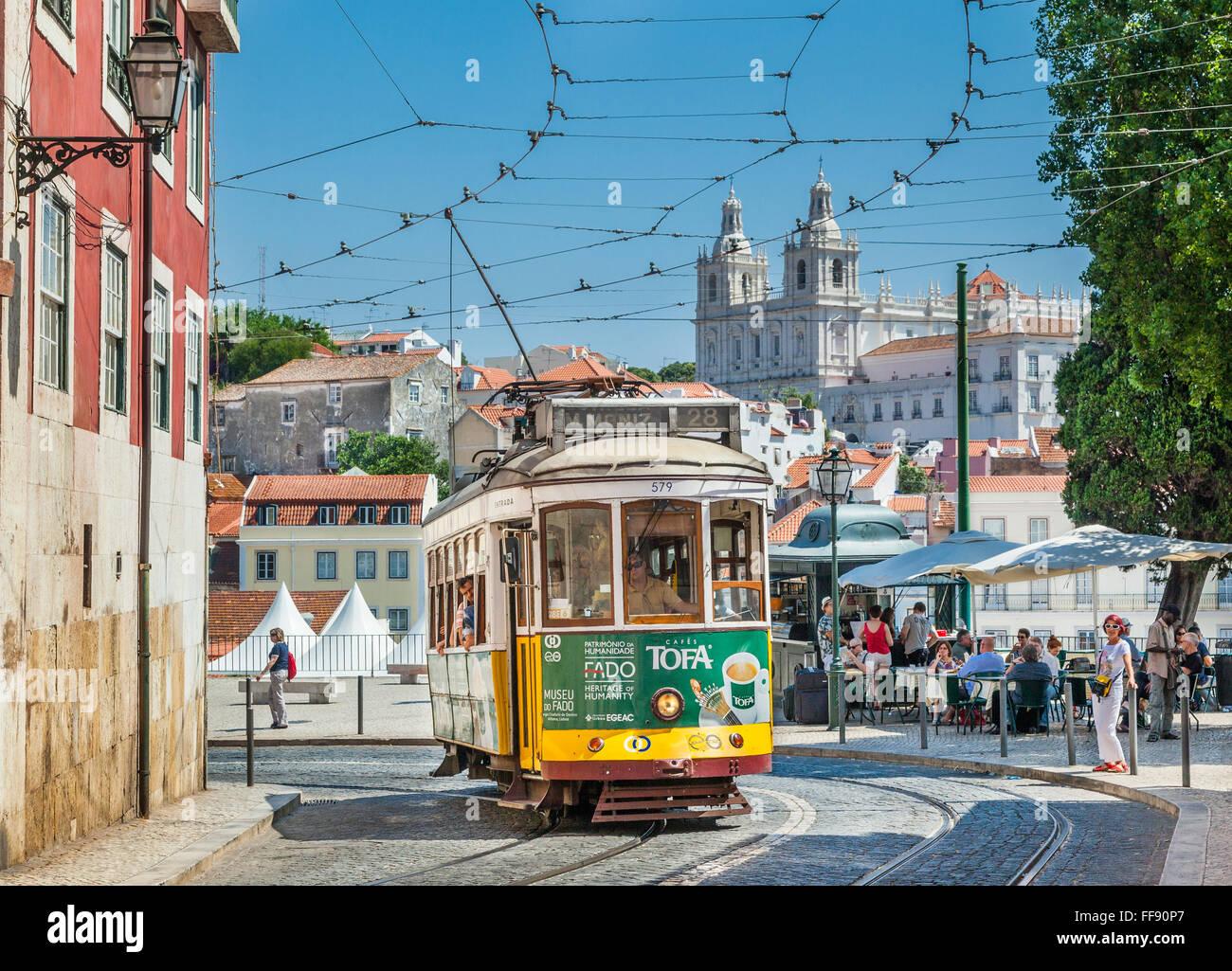 Tram 28 a Largo das Portas do Sol, con Sao Vicente de Fora chiesa in background, Lisbona, Portogallo Immagini Stock