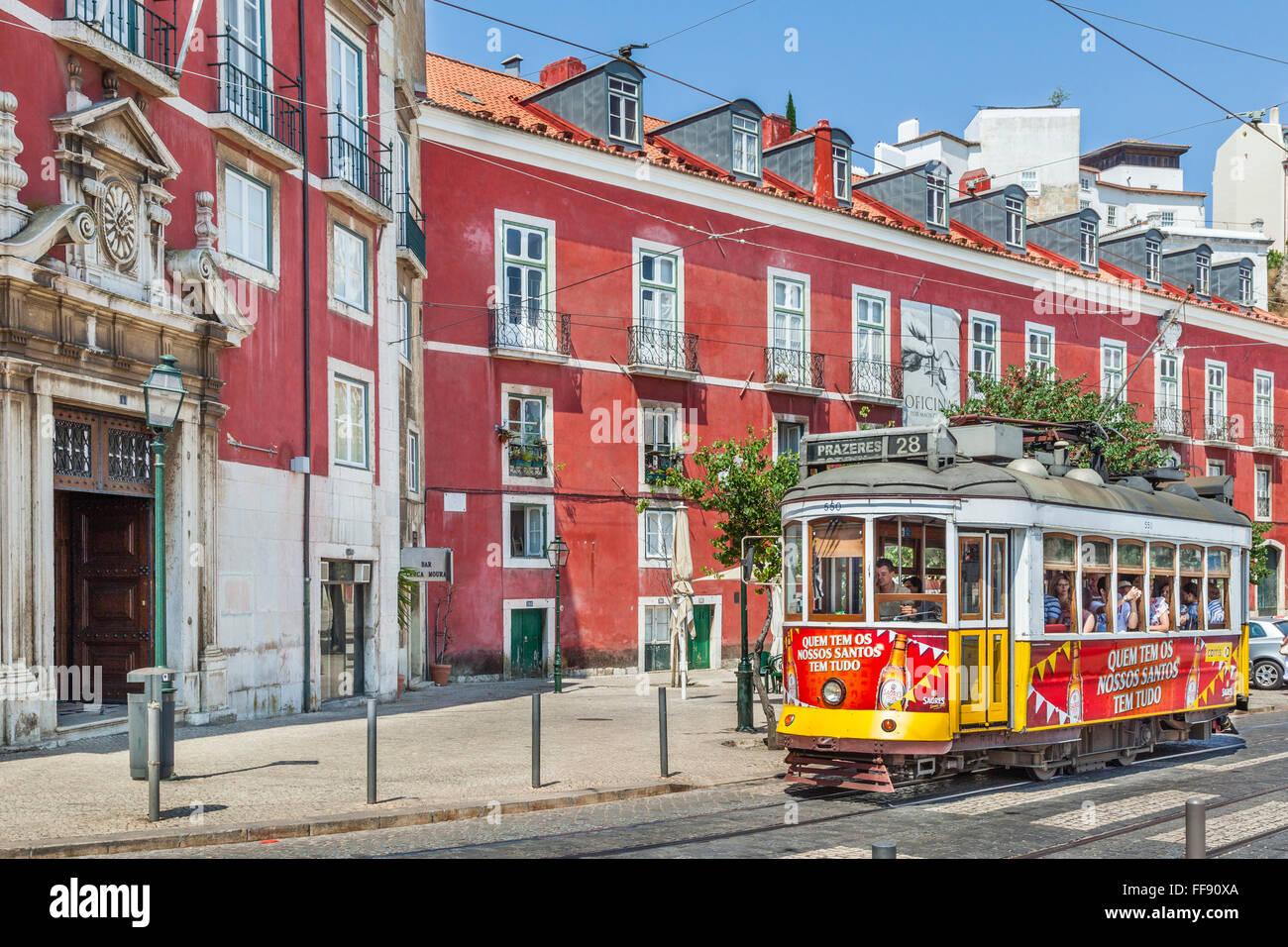 Tram 28 a Largo Portas do Sol e il Museo di Arti Decorative, Lisbona, Portogallo Immagini Stock