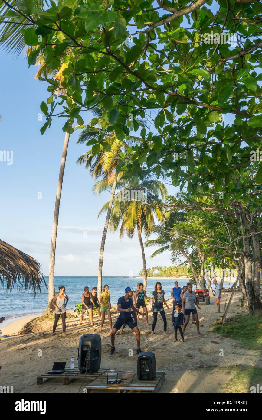 Las Terrenas spiaggia, Aerobik Gruppo, Repubblica Dominicana Immagini Stock