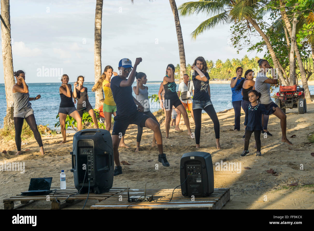 Las Terrenas spiaggia, aerobica di gruppo con istruttore, , Repubblica Dominicana Immagini Stock