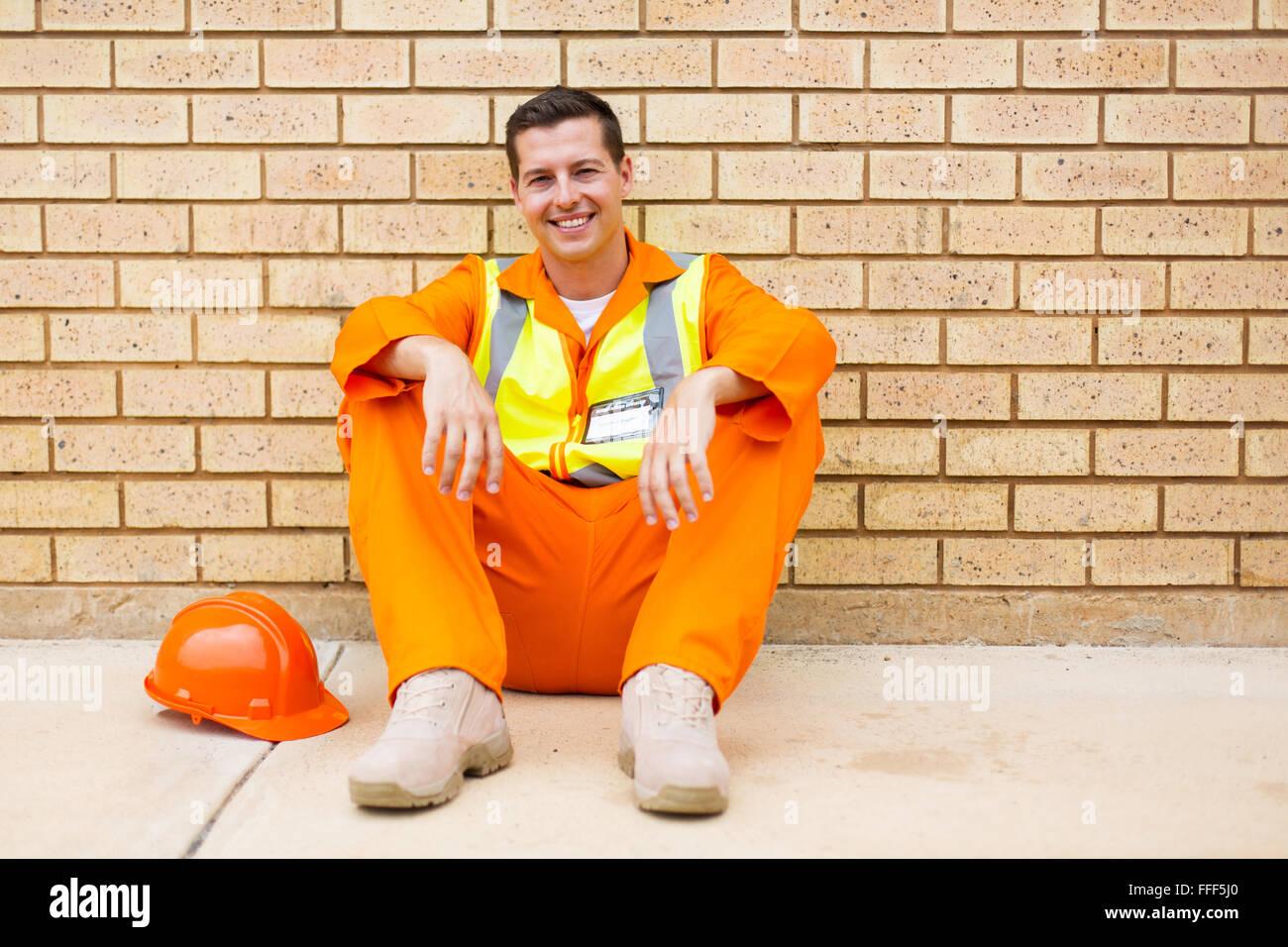 Felice ingegnere elettrico seduti all'aperto durante la pausa Immagini Stock