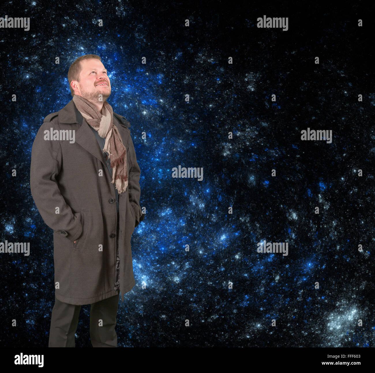 Uomo Di Mezza Età In Un Cappotto E Sciarpa Cercando Su Universo
