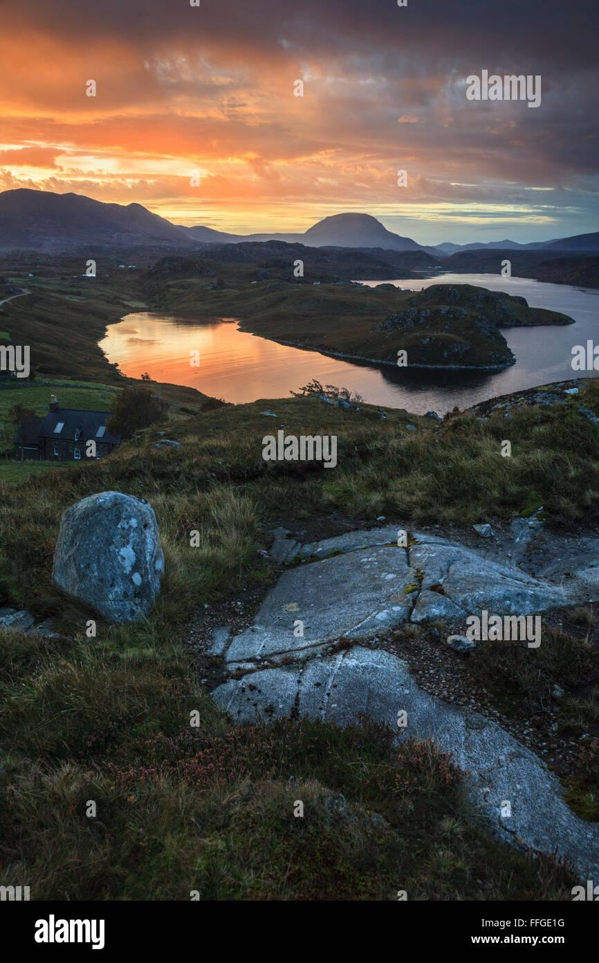 Una viva sunrise catturato alla fine di ottobre, dal di sopra della North Shore di Loch Inchard, vicino Kinlochbervie Foto Stock