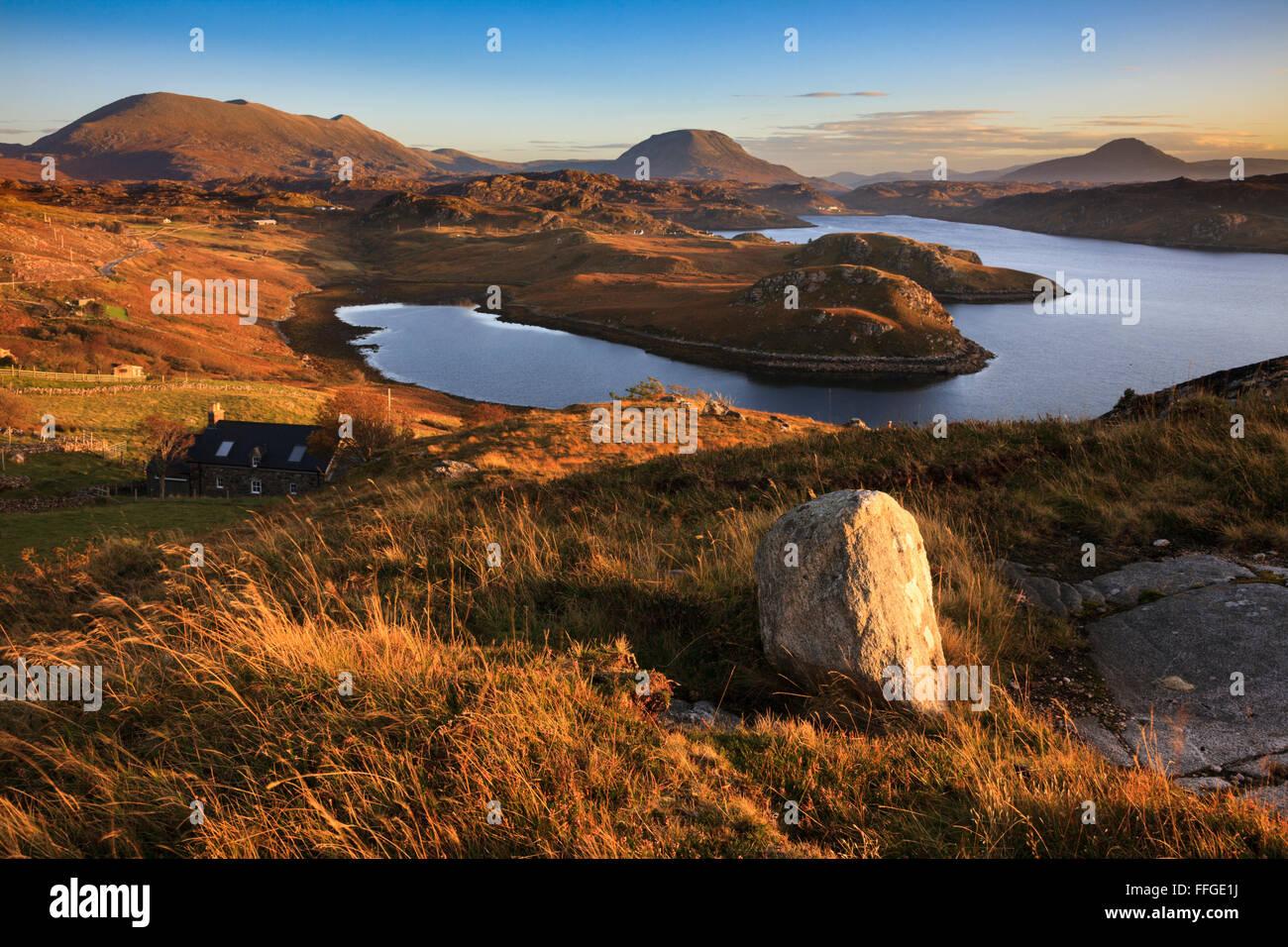 Loch Inchard vicino Kinlochbervie in Scotlan, con Foinaven, Arkle, Ben Stack nella distanza. Foto Stock