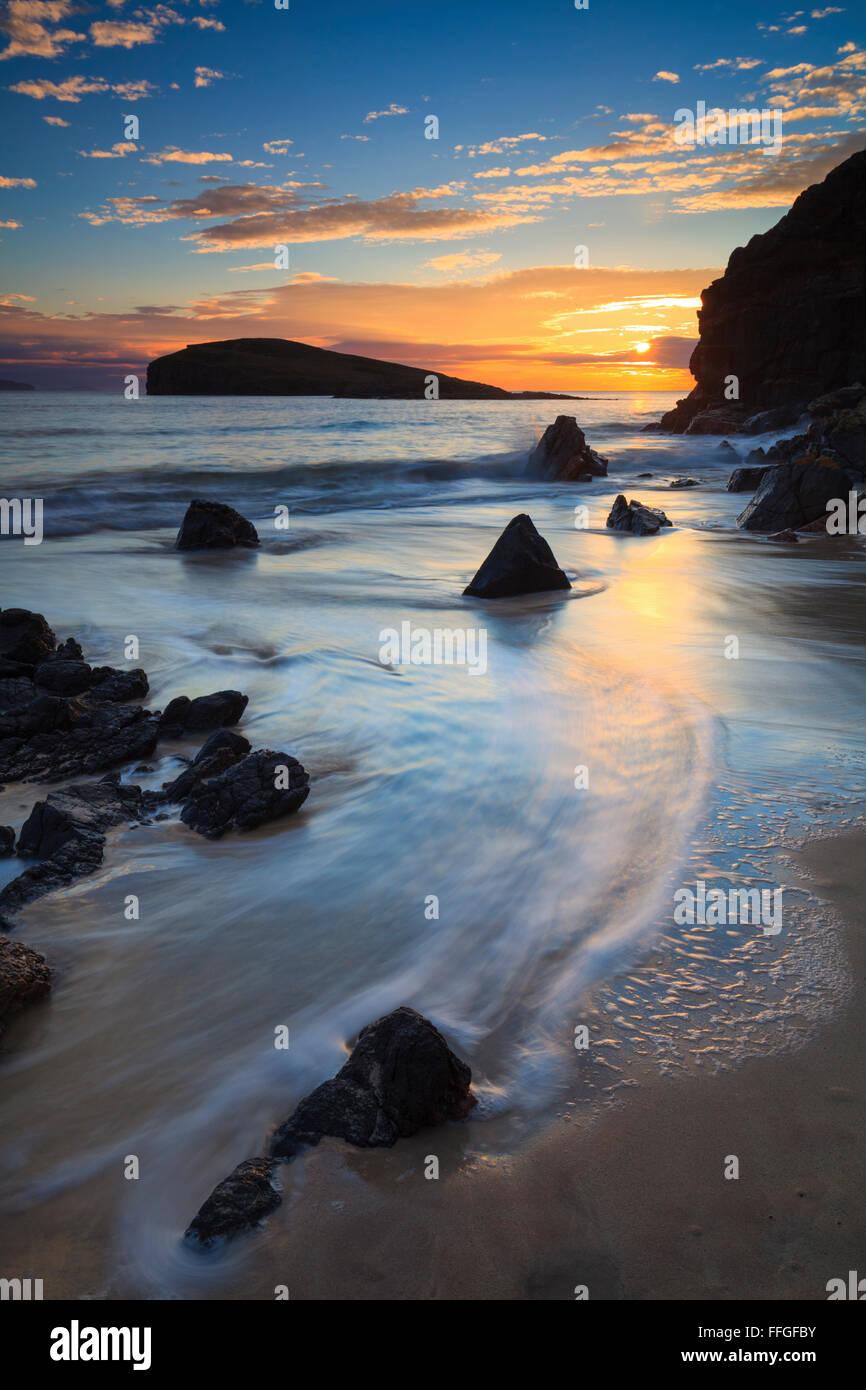 Tramonto catturato dalla spiaggia di Oldshoremore, vicino Kinlochbervie sulla costa nord occidentale della Scozia. Foto Stock