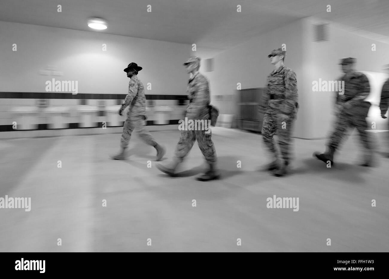 323Training Squadron, formazione militare istruttore, Tech. Sgt. Chananyah Stuart, affretta suoi partecipanti attraverso Immagini Stock