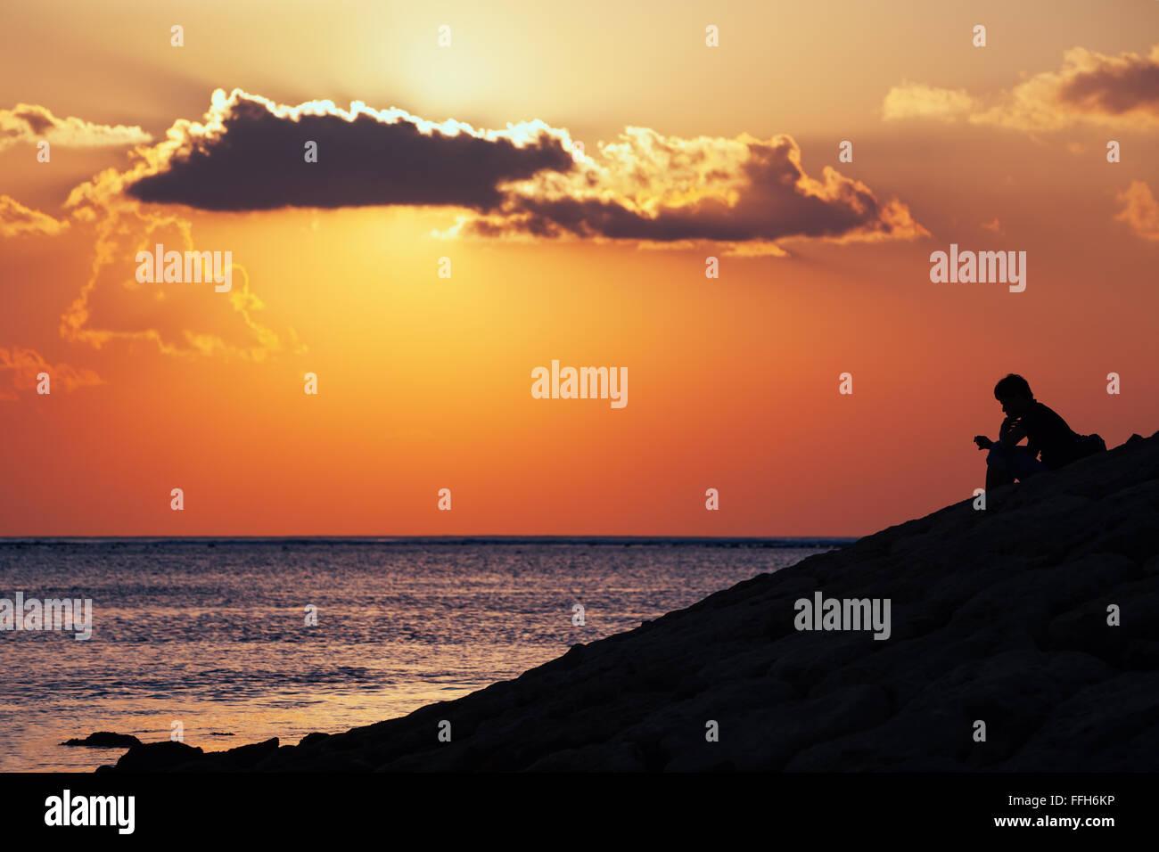 Silhouette Nera Di Pensare Uomo Seduto Da Solo Sul Mare Spiaggia