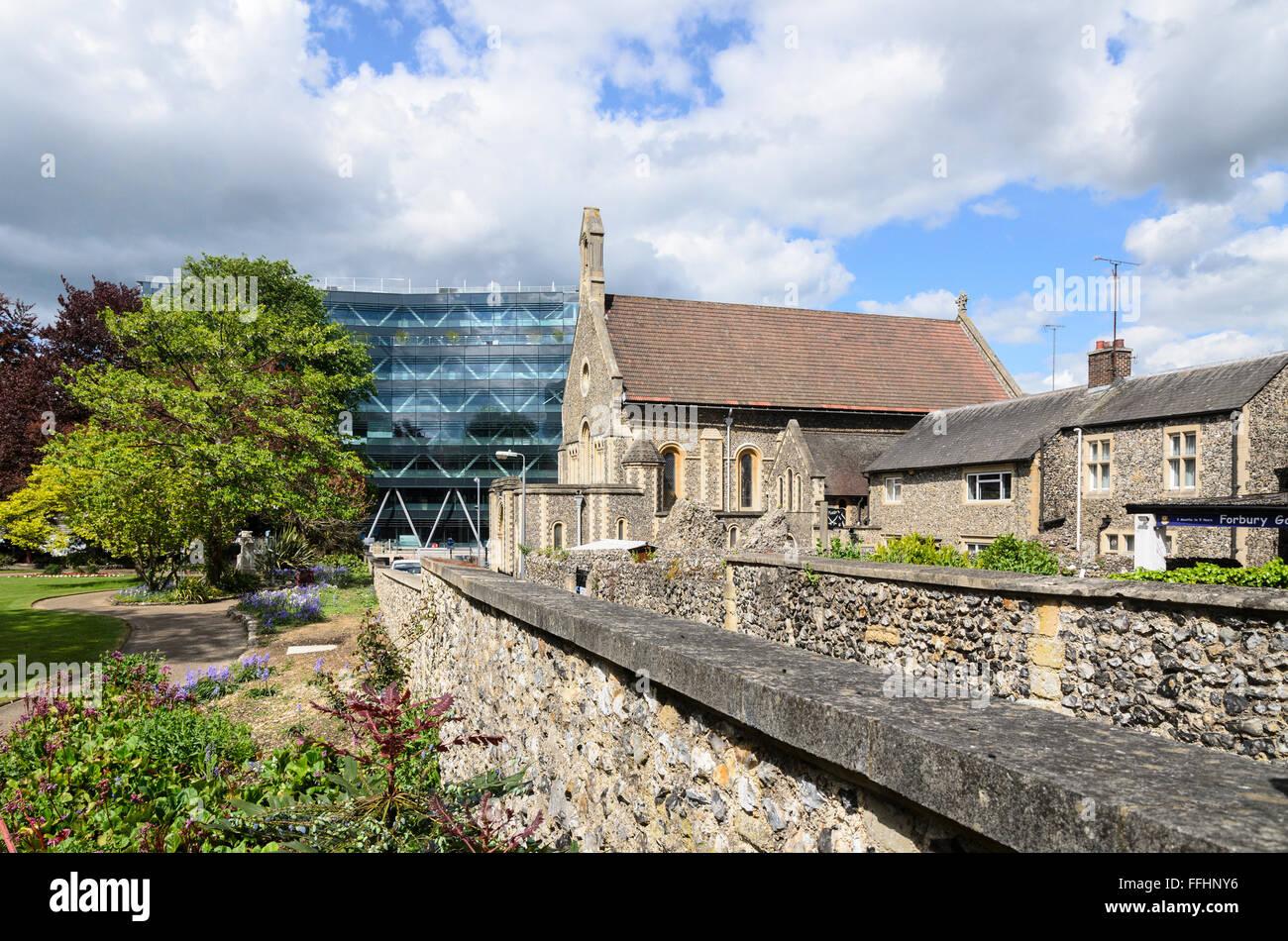 Forbury Gardens, Rovine dell'abbazia di Reading e St James chiesa cattolica romana, Reading, Berkshire, Inghilterra, Regno Unito. Foto Stock