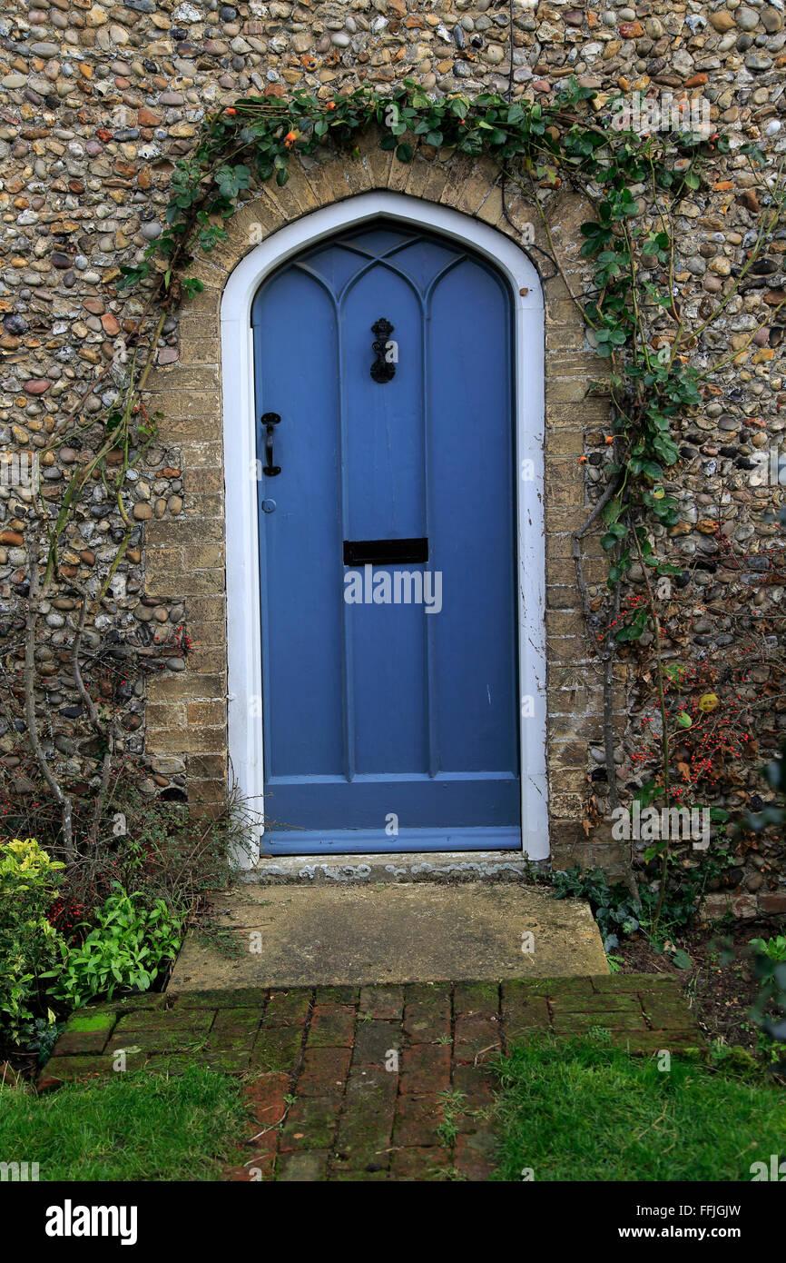 Il Blue Door in selce home, Suffolk, Inghilterra, Regno Unito Immagini Stock